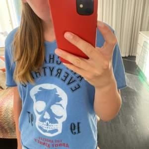 Säljer denna zadig tröja i en cool blå färg! Använd många gånger men de syns inte alls! Så bra skick🌸 köpt för 509kr! Den är i storlek 16 år men skulle absolut säga att de är som en S-M i vuxen! Kommer inte gå under 355 eftersom denna tröja finns ej kvar!