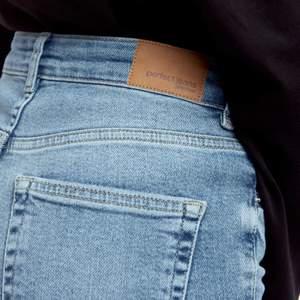 Super snygga slim fit jeans från GinaTricot i storlek 34! Högmidjade!! Dom har slits på ett av benen (bild 3) Formar kroppen jättefint 🤍 Köparen står för frakten som ligger på 57kr spårbart!