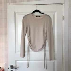 En fin tröja från Bikbok med en super snygg detalj på sidorna som går att skjutsera:) Köpare står för frakten💗 (kan även mötas upp)