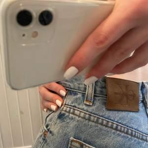 Snygga mom jeans med hål på knäna, köpte dessa för ett år sedan men har ej kommit till användning tyvär