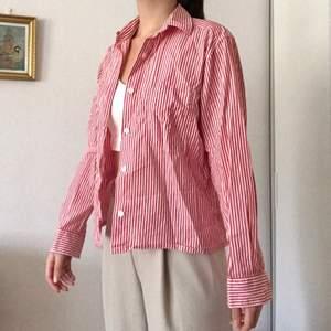Säljer åt en vän❣️ Supersnygg klassiska skjorta med härlig rödvit randigt mönster. Passar så bra till olika tillfällen, när man t.ex vill klä upp sig eller bara slänga på den en härlig vårdag eller varm sommardag! Från Stenströms. Originalpris: 999kr. Köparen står för frakt(48kr)! Storlek: Står ej men passar en XS & S. Använt ca 5 gånger.
