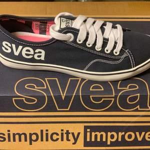 Ett par skor från Svea i storlek 36, som är i mörkblå.