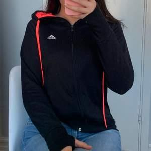 Hoodie från Adidas med dragkedja, neonrosa detaljer och tumhål, strl S. Nämn ett pris som känns rimligt för dig vid intresse! Meddela mig för fler bilder eller frågor💞