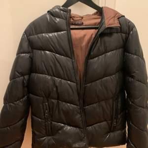 Säljer nu denna jättebekväma jacka! Den är perfekt nu när det börjar bli vår dä den inte är för varm eller kall. Säljer den då jag växt ur den. Jackan är även unisex! Pris går att diskuteras!