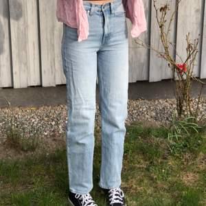 jättefina H&M jeans köpta för ca. 1,5 år sedan! Okej skick men väl använda☘️ säljer för att de är alldeles för små för mig vilket man ser på bilden😀 jag är 170 lång!! frakt + jeans = 150kr