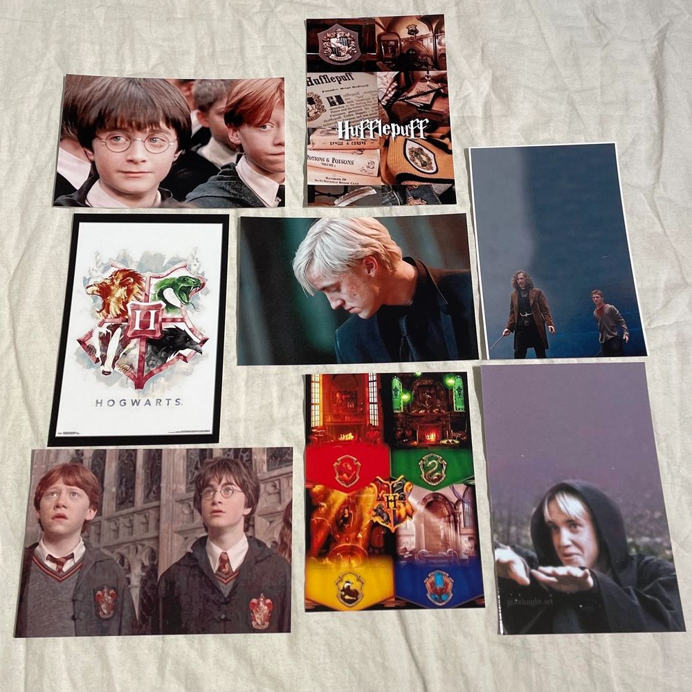 Harry Potter foton som är 15x10 cm stora. Fotona är styva glansiga och alltså inget vanligt papper. 10kr st👓🎩. Jeans & Byxor.