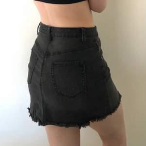 En stretchig svart/grå jeanskjol från Target i USA. Använd ett fåtal gånger. Väldigt skön pga stretchen! True to size. Köparen står för frakten