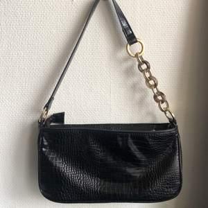 väska från topshop!!! svart med ormskinnsmönster, såå fin och rätt rymlig för denna typ av väska✨✨😙