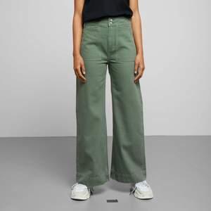 Trendiga gröna jeans från Weekday. Nypris ca 500kr. Säljer då de är för små för mig. Använda men i mycket bra kvalitet. Frakt tillkommer på 50kr.