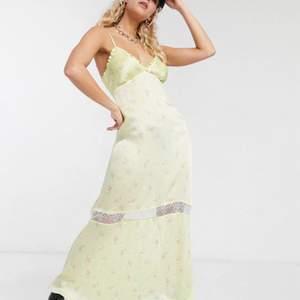 Jättefin klänning med spetsrad