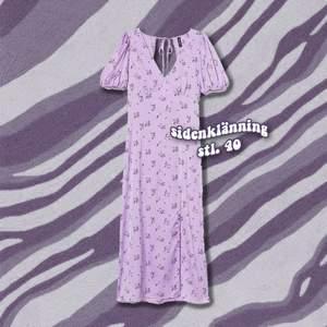 Superfin lila sidenklänning med slits och lite puffärm ✨ Använd en gång för fotografering i vatten och tvättad efteråt!   Storlek 40, passar en 38-40. 🌸
