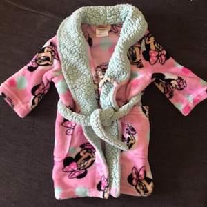 Fin Musse pig morgonrock till barn. Använd ca:5gånger. Frakt är gratis!📦 Tar enbart swish💸 Skickar endast📬