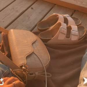 En beige nakd väska i fint skick men väl använd!