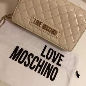 Äkta moschino väska! Köpt för 1500 men säljer den för 850 och bjuder på spårbart frakt. Leveranstid 1-2 dagar. Man får med moschino dustbag!💕🥰