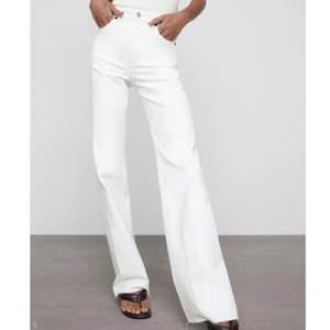 Säljer dessa super snygga vita jeanse köpta från en zara butik i Dubai för någon vecka sedan, köpte i fel storlek och de har endast används en gång!⚡️ buda gärna i kommentarerna!