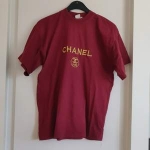 En cool vintage t-shirt från Chanel. Köpt här på Plick så vet ej gällande om den är äkta. Fraktkostnaden tillkommer.
