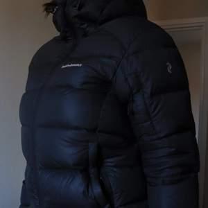 Super varm dunjacka från Peak preformance. Använd en vinter, känner nu att det inte passar mig längre. Kan mötar eller skicka :)