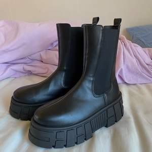 Säljer mina supersnygga chunky boots ifrån asos som är för stora, testade en gång så kunde i returnera dem men dem är i absolut ny skick ❤️ svincoola med en miniklänning eller baggy jeans till våren 🌞 frakt tillkommer på 50kr 🌞