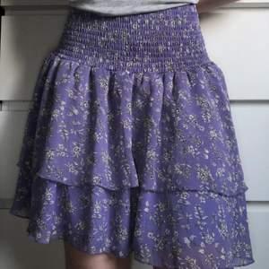 Jätte söt lila kjol med små blommor på från Bikbok i nyskick. På mig (xs) är den för stor i midjan. Men skulle säga att den passar storlek M-XL. Tveka inte att kontakta mig för fler bilder eller frågor 💞