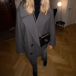 Grå Uniqlo kappa i storlek L, den sitter oversized på mig som vanligtvis är en S/M i jackor!! Inköpt för cirka ett år sedan men är i fint skick:) köpare står för frakt!