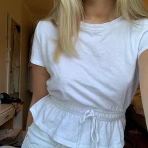 Super söt tröja med knytning i midjan, som går att justera hur mycket du vill.💗 för fler bilder skriv privat