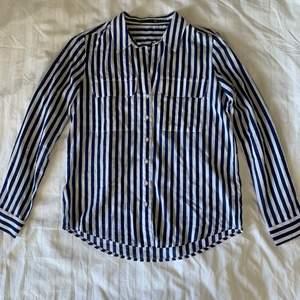 Säljer denna fina blå-vitrandiga skjortan!🤍💙 Bra skick och superbekvämt material. Storlek S. Köparen står för frakt.