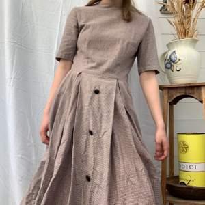 Här ni nu har vi en riktigt fin cottagecore klänning, med härligt mönster. För liten för mig men i väldigt bra skick! Tycker den sitter lite tajt för mig vid halsen🤎 Dm vid mått + mer info finns i bion