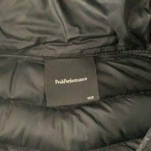 säljer min svarta peak jacka! den har två småa hål fast jag har täckt dom med en speciel tejp! säljer jackan för den har blivit för liten 😌 jackan kostar 500 + frakt