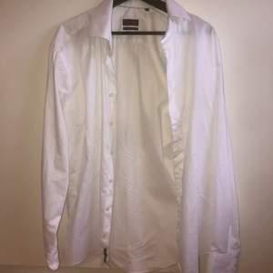 jättesnygg vit oversize skjorta!! aldrig använd, 80kr +frakt
