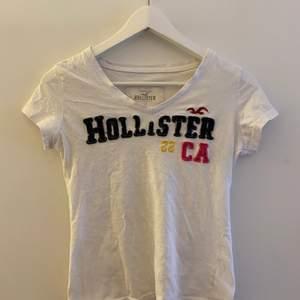 Superfin v-ringad hollister tröja!! Är i storlek M men passar precis lika bra på S. Den är använd men säljer pga att jag inte längre har någon användning av den! Skriv privat för mer bilder eller intresse!!💕