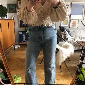 Superfina jeans från Monki i vintage blue, modellen Zami. Sitter superskönt pga stretch! Råa kanter nedtill, toppenskick!