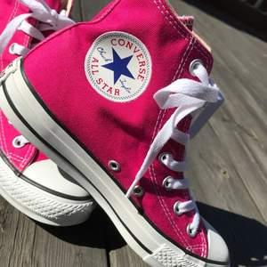 INTRESSEKOLL: på dessa sjuuukt snygga Converse! Bilderna är lånade men kan skicka egna💕. Skorna har används lite och har därför lite slitage men det är inte mycket alls! Buda i kommentarerna🌸💗
