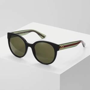 Sparsamt använda Gucci solglasögon i modell GG 0035S 002. Unika, enkla solglasögon med en extra touch av lyx! Solglasögonen medföljde av putsduk och solglasögonfodral.