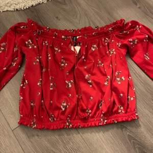 En jättefin somrig röd långärmad topp från H&M som tyvärr inte har kommit till användning därav lappen kvar. Storlek L men jag brukar ha S i kläder och den passar mig bra. 40kr+frakt 💕