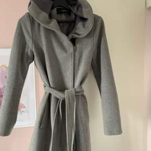 Jättefin grå kappa från Vero Moda, använd 2 gånger bara (syns inte) så är i nyskick! Passar en Xs och en Small! Kostade cirka 800kr.