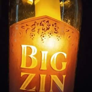 Handgjorda hängande glaslampor, återbrukade av gamla glasflaskor. Detta innebär att varje lampa blir unik i sitt slag! De har blivit väldigt populära så jag tar nu emot beställningar,kan även tillverka efter personliga önskemål. Klart glas, grönt,brunt. Utan eller med etiketter. Dessa passar utmärkt till att lysa upp i  höstens mörker,eller som en lite annorlunda present/julklapp till den som har allt! Frakt spårbart 66:-