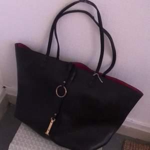 En svart läderhandväska. Använder aldrig😋 säljer därför. Kolla fraktpris💗
