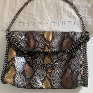 Stella McCartney Väska säljs! Väskan är inprincip helt nya, inget som tyder på användning! Det är nog den ända av denna modell som finns i Sverige! Den köptes i November 2017 och kvittot finns kvar!