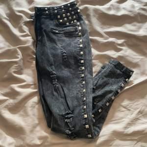 Rock rebel jeans från Emp. Använda några gånger. Nitar runt midja och längs med benen på utsidan. Stretchiga.