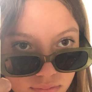 Super snygga solglasögon från shein. Nypris: 40 kr, mitt pris: 17 kr+ 12 kr frakt! (Har lagt upp ett par liknande solglasögon fast svarta, kolla in min profil). Kontakta mig vid frågor, önskemål om fler bilder eller intresserse! Om fler blir intresserade blir det budgivning! Tack på förhand. Ha en fin dag🥰