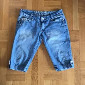 Jag säljer ett par ascoola lågmidjade Victoria Beckham liknande shorts/jeans! De är i använt skick och vissa stenar har lossnat men funkar ett tag till! De går ca ner till knäna! Om många är intresserade blir det budgivning! Köparen betalar frakt :)