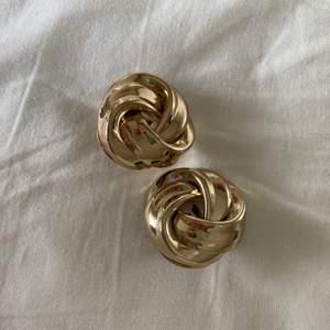 Säljer dessa sjukt snygga clip-on örhängen💕 Använder ej guldsmycken längre och dessa är aldrig använda🛍 de är rätt stora storleken!