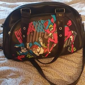 Säljer en väska från alt affären shock 💕 väskan har använts ett fåtal gånger och kommer från märket cupcake cult, den köptes för 600. Frakt kan diskuteras om köparen står för den.