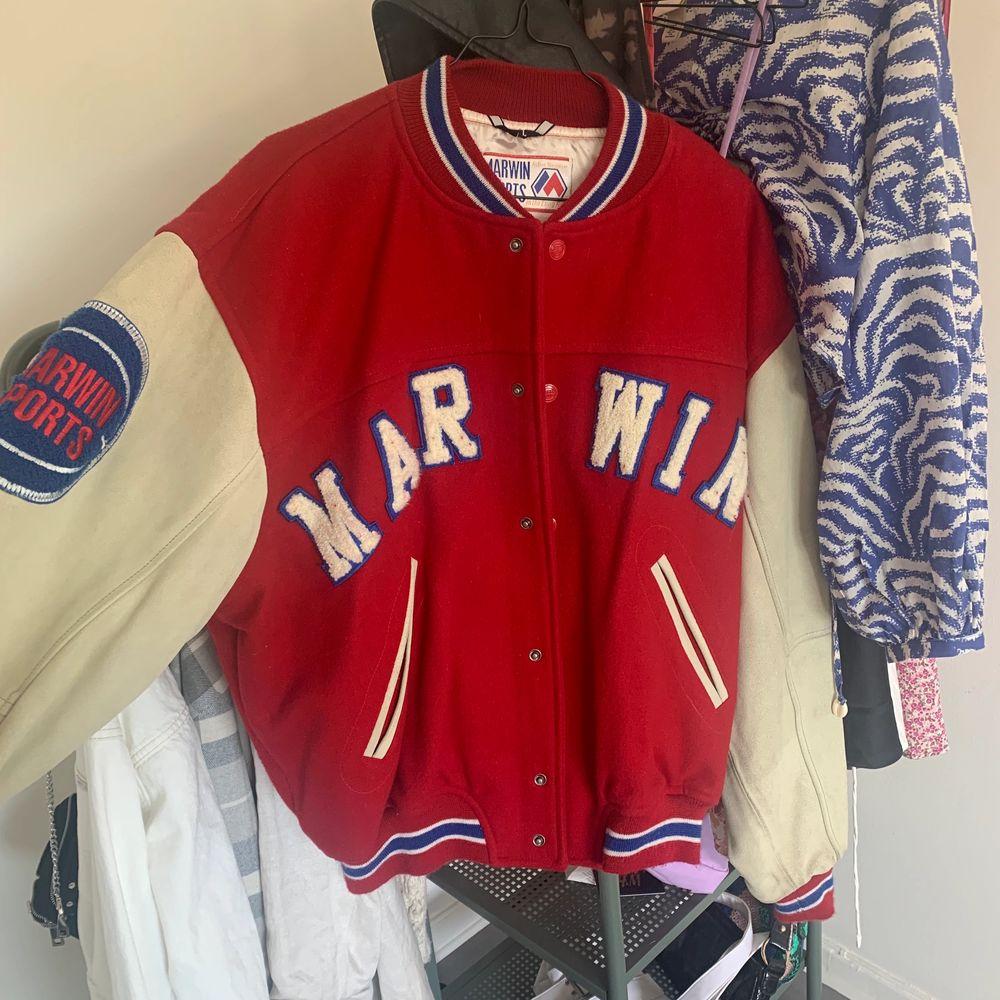"""Intressekoll på min """"baseball"""" jacka som är köpt ifrån en second hand, använd endast 1 gång och är som helt ny i skicket! Otroligt snygg men får ingen användning för den! Köpt för 500kr. HÖGSTA BUD 750. Jackor."""