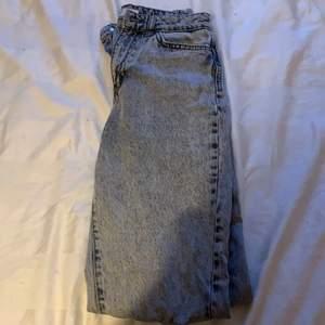 Snygga gråa jeans i storlek 34, aldrig använda. Bra kondition