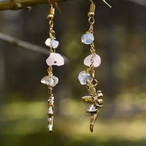Handgjorda örhängen med kristaller och älvberlocker 🧚♀️ Krokarna är nickelfria och kristallerna är opalit, rosenkvarts och bergskristall ✨ Örhängena levereras i en fin liten presentpåse 🌼 Frakt på 12kr tillkommer!