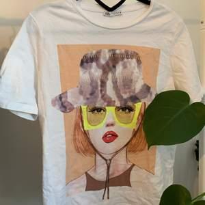 Jättenajs vit T-shirt från zara med snyggt tryck. Sparsamt använda, köparen står för frakten🤩