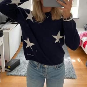 Säljer denna jätte fina marin blåa tröja med vita stjärnor på. Säljer för får tyvär ingen användning av den. Den är aldrig använd i helt nytt skick, inga defekter. Vet ej vart den är ifrån. Storlek S ( jag är 164-165 )⚡️ !SÄLJER ÄVEN JEANSEN I BILDEN!