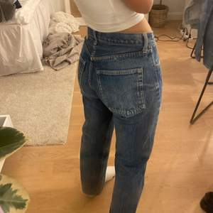 Blåa Levis jeans köpta second hand. 501or men i kortare modell. Står ej waist och length, men jag är 165 cm och de är rätt tighta på mig som brukar ha 36 i byxor.