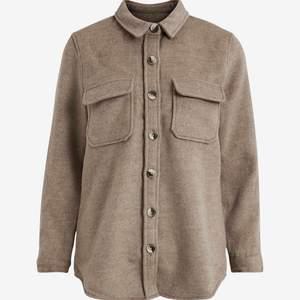 Säljer denna sjukt snygga skjortjackan ifrån Ellos. Perfekt nu till hösten!! 🤎 Strl 34, köpt förra hösten för 800, jättefint skick. 600 eller bud, köparen står för frakt! Är det flera intresserade blir det budgivning. 🙌🏼